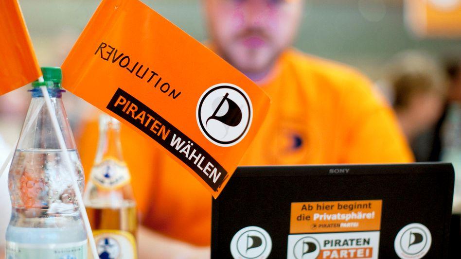 Mitglied der Piratenpartei mit Fähnchen: Aufwind für die Politikneulinge
