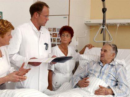 Krank im Bett: Patienten mit Herz-Kreislauf-Erkrankungen lagen 2007 im Schnitt 8,8 Tage in einem Stationsbett.