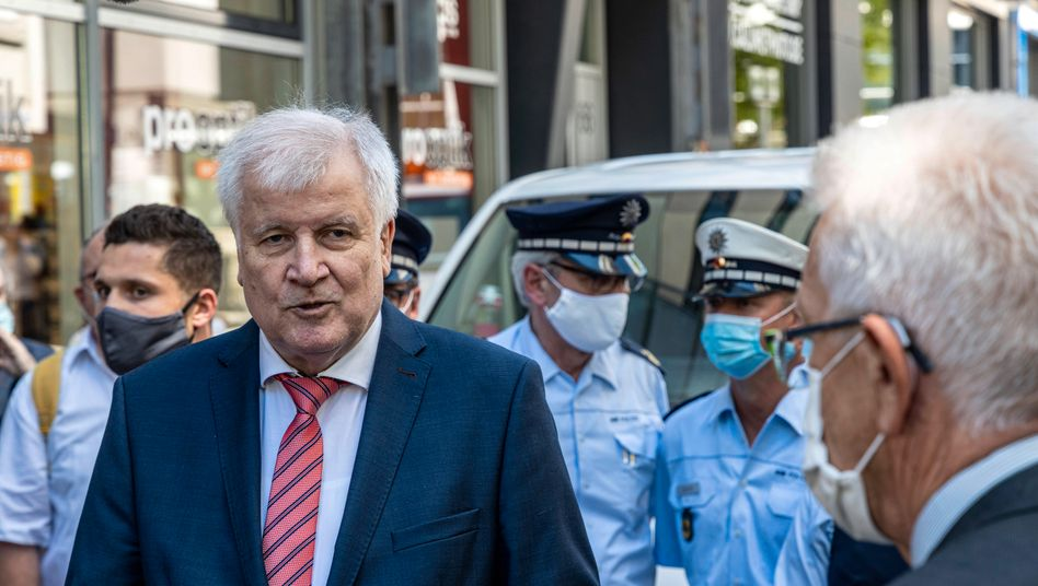 Innenminister Horst Seehofer, im Hintergrund mehrere Polizisten