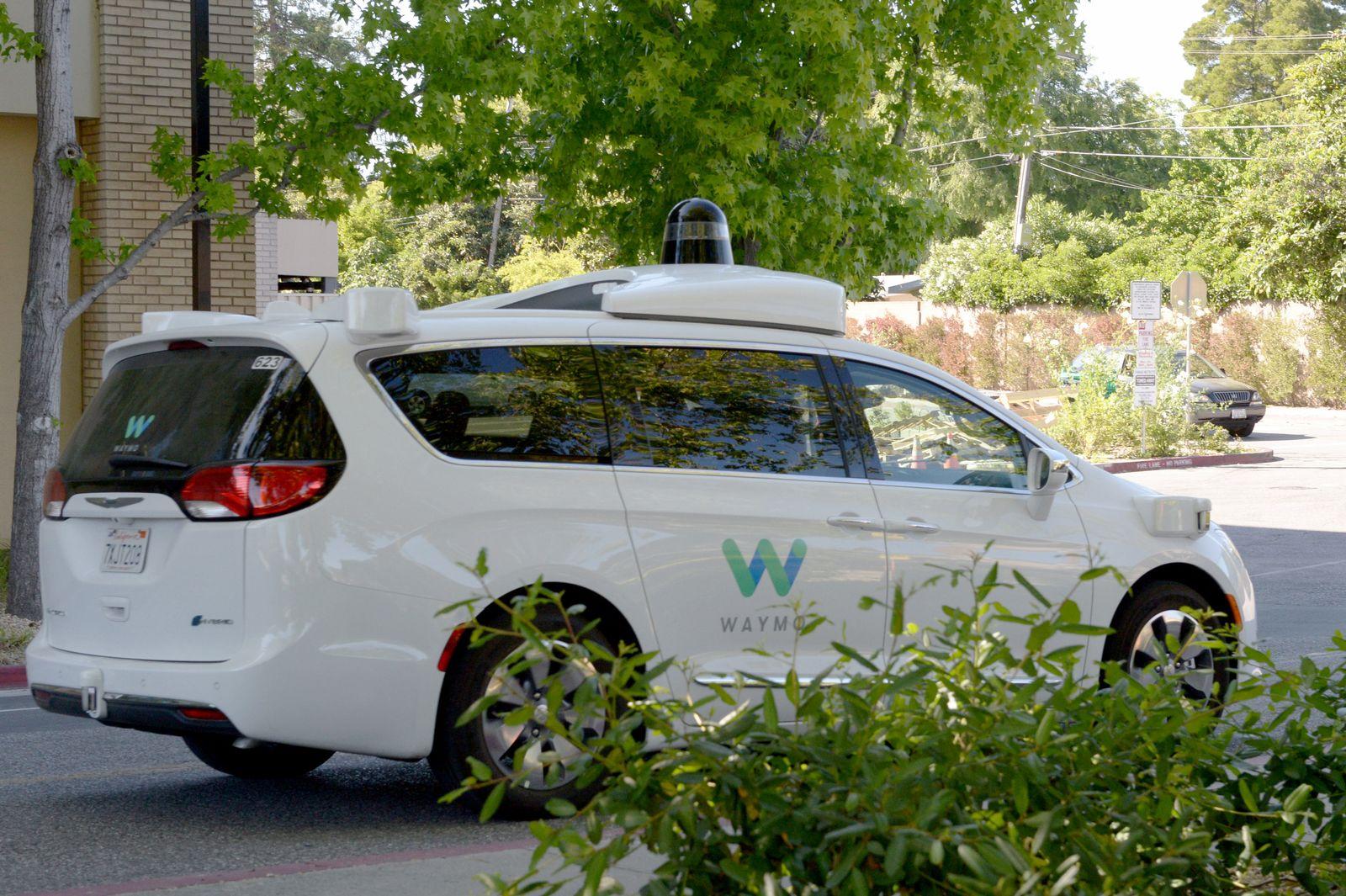 Selbstfahrendes Auto von Google-Schwester Waymo