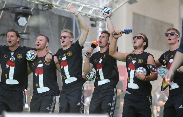 Nach der Rückkehr aus Brasilien feierte Skhodran Mustafi (2.v.l.) im Juli 2014 den Gewinn des Weltmeistertitels mit der deutschen Nationalelf am Brandenburger Tor in Berlin