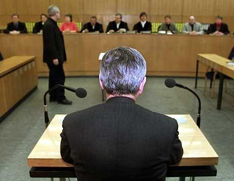 """Blick zurück: Beim Prozess gegen den früheren Terroristen Hans-Joachim Klein vor dem Frankfurter Landgericht sagt Außenminister Joschka Fischer aus. Ihm sei damals klar gewesen, dass Klein ein """"Kandidat für den Untergrund"""" gewesen sei. Zu seiner eigenen Rolle sagt Fischer, er habe als Straßenkämpfer niemals Brandsätze geworfen. Den Angriff auf einen Polizisten gesteht der Außenminister erneut ein. Rückblickend sei die Gewaltbereitschaft von damals aber ein """"Grundfehler"""" gewesen"""