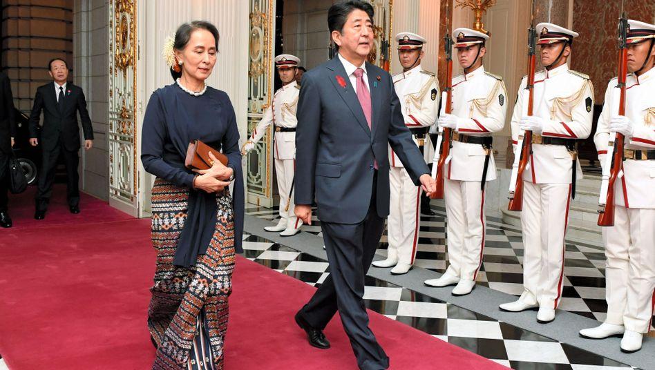 Aung San Suu Kyi mit Japans Premier Shinzo Abe in Tokio