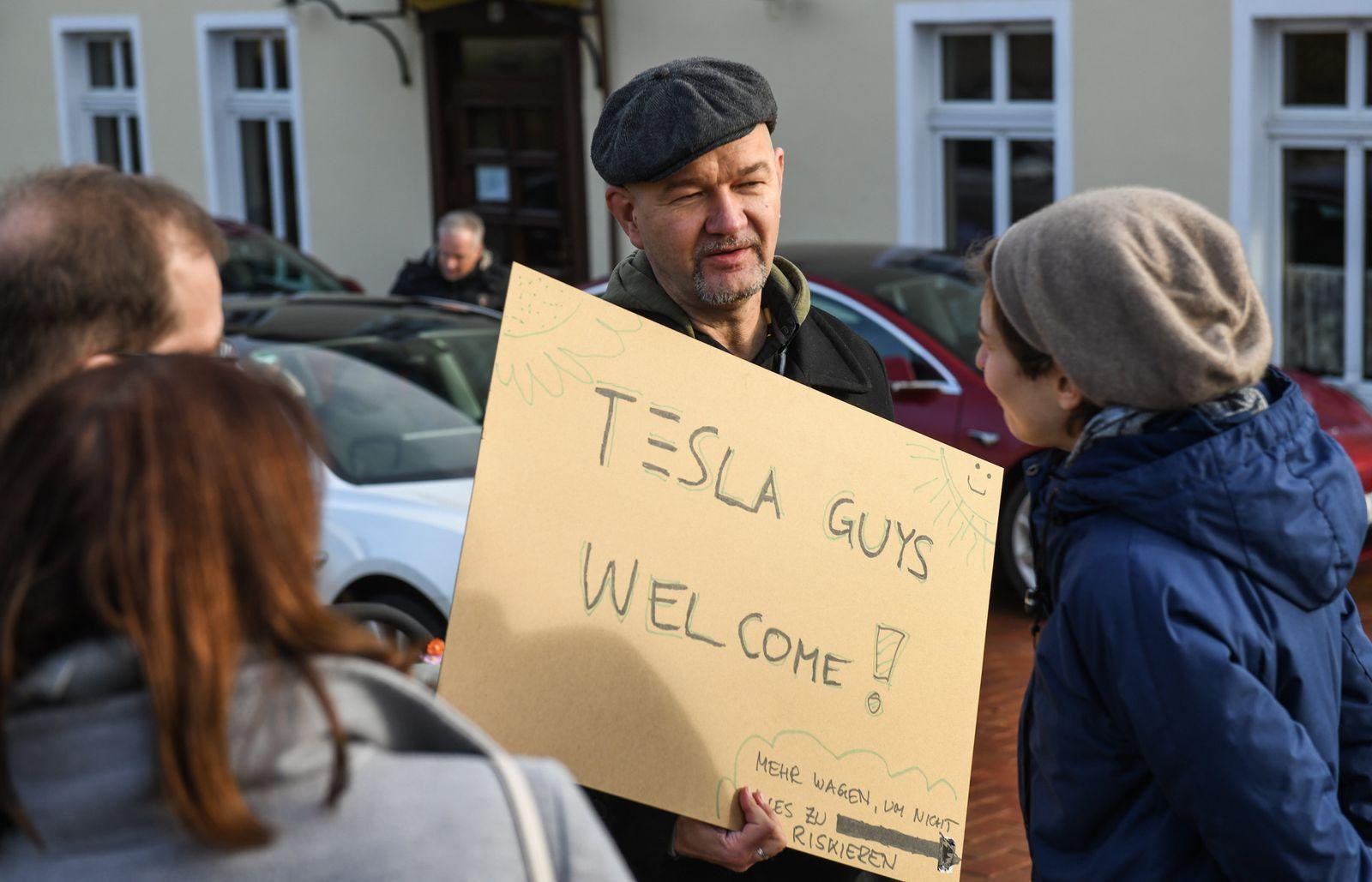Demonstrationen für und gegen Tesla-Ansieldung
