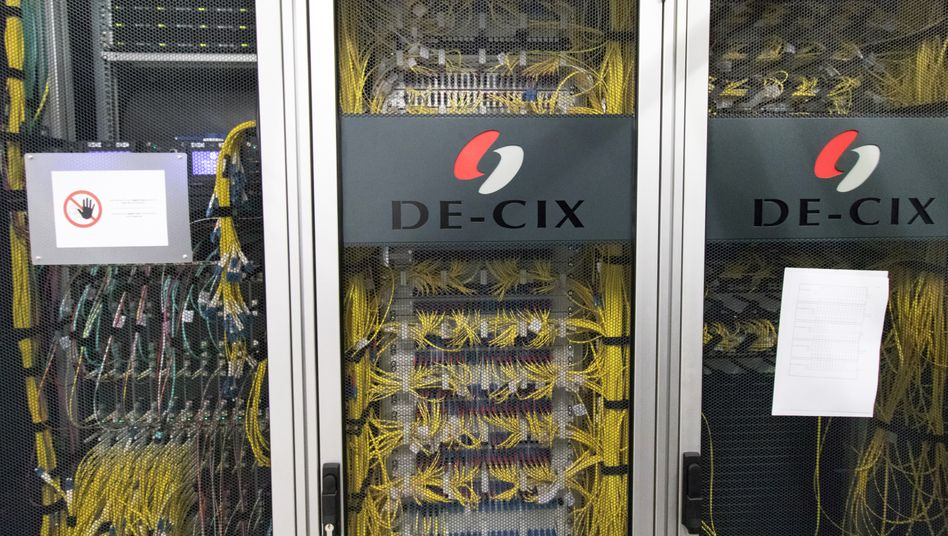 Schränke voller Netzwerkhardware: Internetknoten in Frankfurt am Main