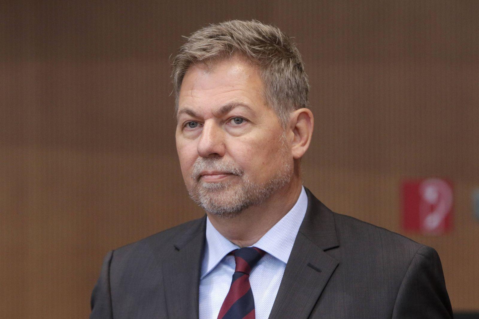 Christof Gramm, Praesident Bundesamt fuer den Militaerischen Abschirmdienst, MAD, vor der Anhoerung durch das Parlament