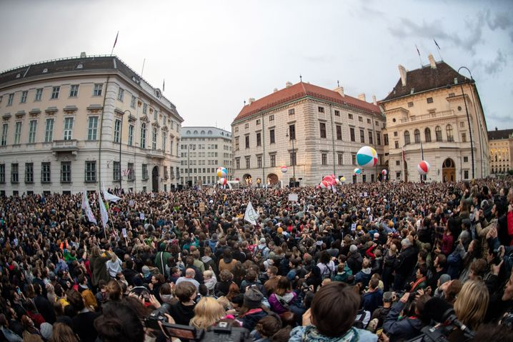 Demonstranten in Wien jubeln den Vengaboys zu