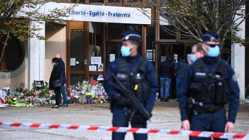 Sicherheitskräfte vor der Schule von Samuel Paty in Conflans-Sainte-Honorine (Archivbild)