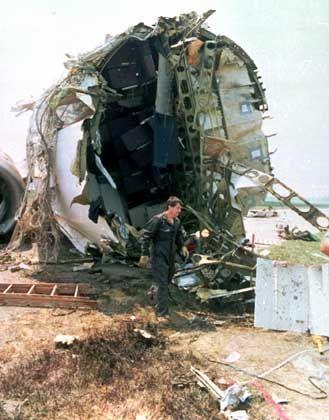 Ein NTSB-Mitarbieter untersucht zwei Tage nach der Bruchlandung der DC-10 in Sioux City ein Wrackteil