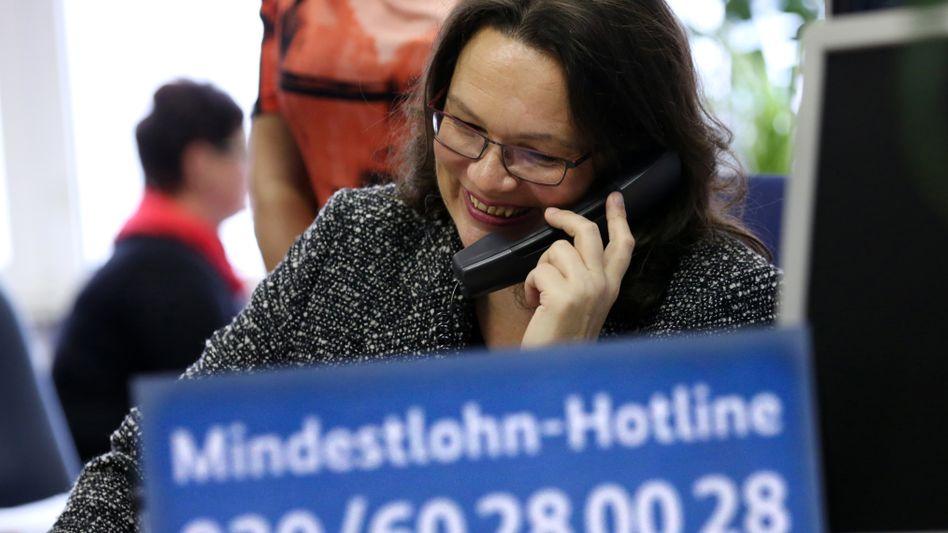Nahles bei einem Besuch der Mindestlohn-Hotline in Rostock: Keine Abstriche