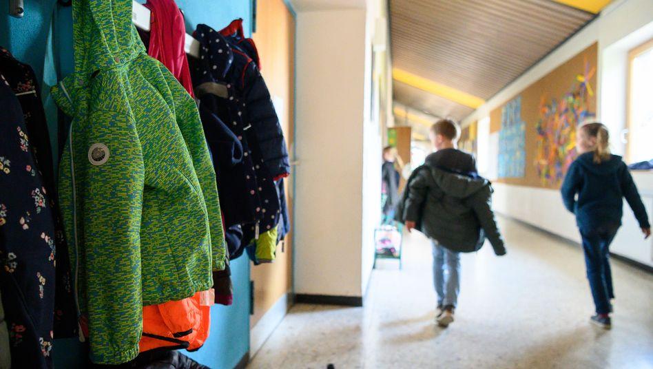 Kinder in einer Schule: Abschlüsse und Qualitätsstandards wenig vergleichbar