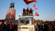 Demonstranten stürmen offenbar Regierungssitz und befreien den Ex-Präsidenten