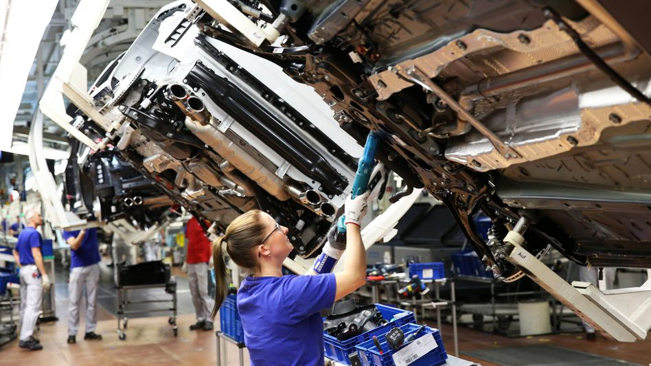 Fertigung bei Volkswagen in Wolfsburg: Die Autoindustrie bezahlt besonders gut