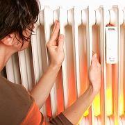 """Verbraucherin am Heizkörper: """"2008 war das Jahr der explodierenden Energiepreise"""""""