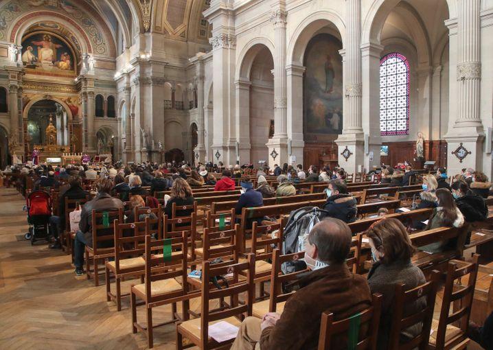 Beten mit Abstand: Gläubige mit Mund-Nasen-Schutz in einer Pariser Kirche