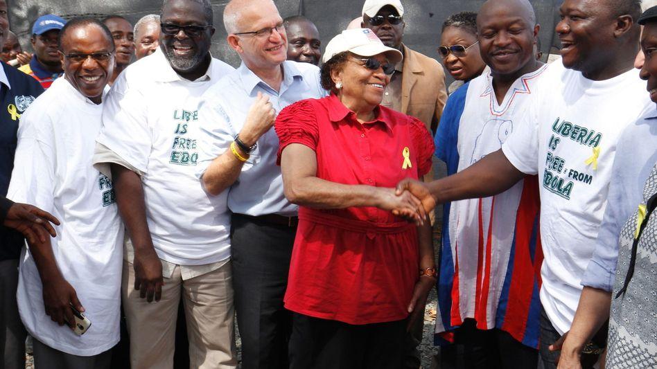Liberias Präsidentin Johnson Sirleaf (Mitte): Handschlag endlich wieder erlaubt