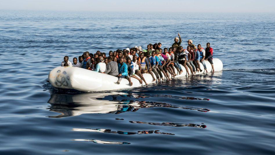 Gerettete Flüchtlinge vor Tripoli