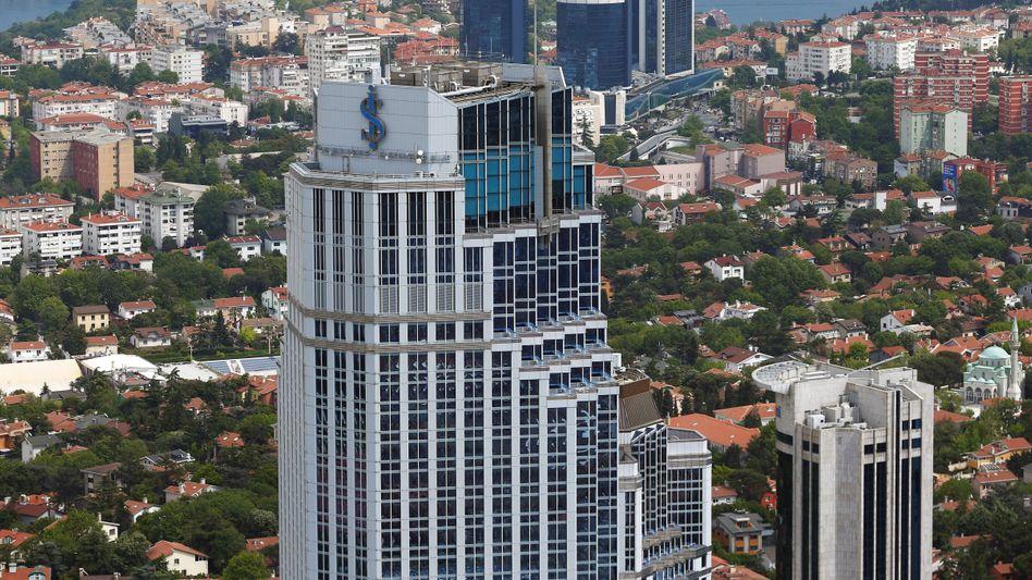 Blick auf einen Bankentower in Istanbul
