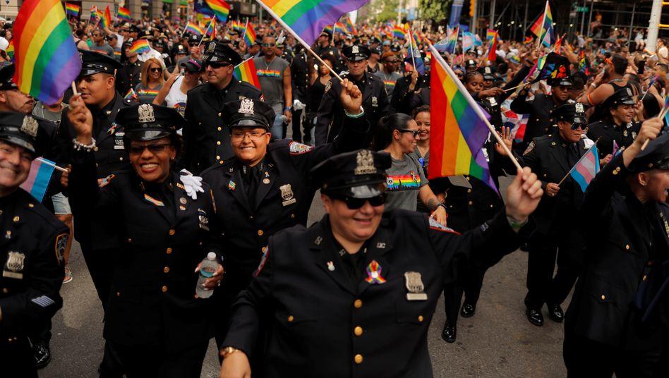 Polizisten waren bisher nicht nur als Sicherheitskräfte auf den »Pride«-Paraden, sondern marschierten auch mit, wie hier im Jahr 2019