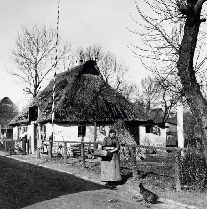 Landarbeiter vor ihren Katen in Dithmarschen.