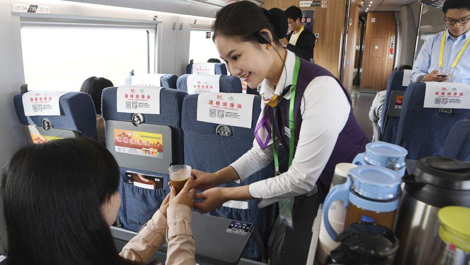 Sieht aus wie im Flugzeug: Getränkeservice in einem Zug in China