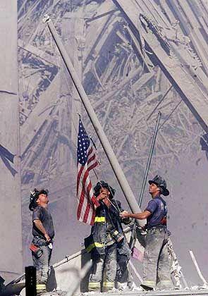 Drei weiße Feuerwehrleute hatten am Nachmittag des 11. September auf den Trümmern des World Trade Center eine amerikanische Flagge gehisst