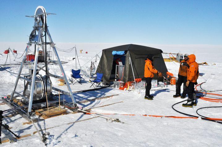 Forschungsteam bei den Bohrarbeiten: Mit heißem Wasser durch das Eis