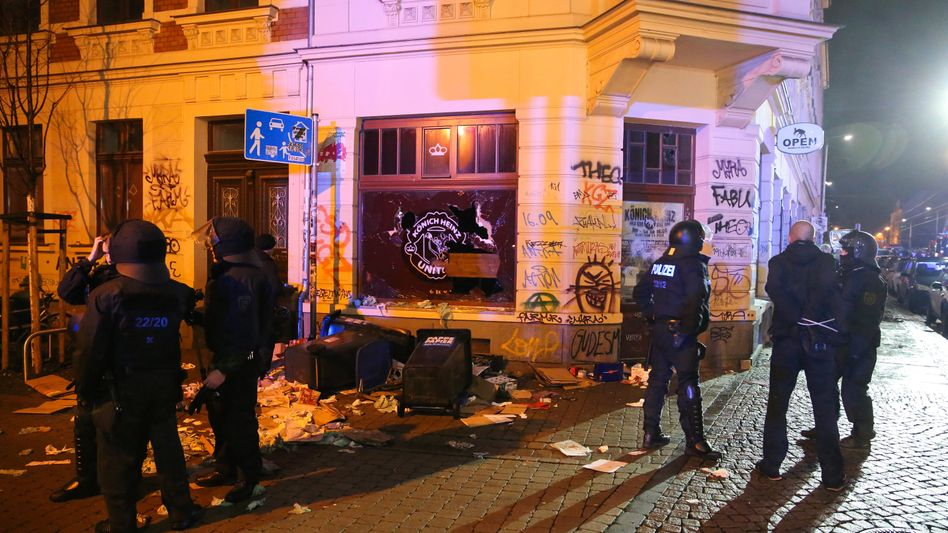 Polizisten im Stadtteil Connewitz