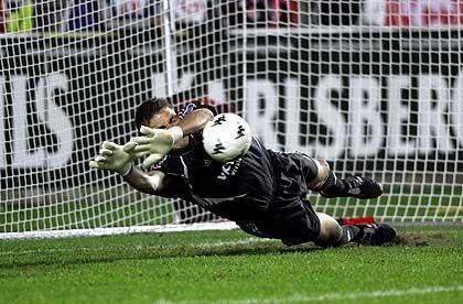 Seltenes Bild: Schalkes Torwart Frank Rost hält im September 2004 einen Elfmeter gegen Kaiserslautern