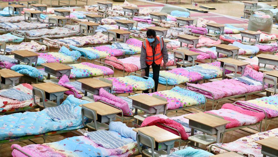Die chinesische Stadt Ürümqi verwandelt ihr Stadion vorsorglich in ein Notfallkrankenhaus