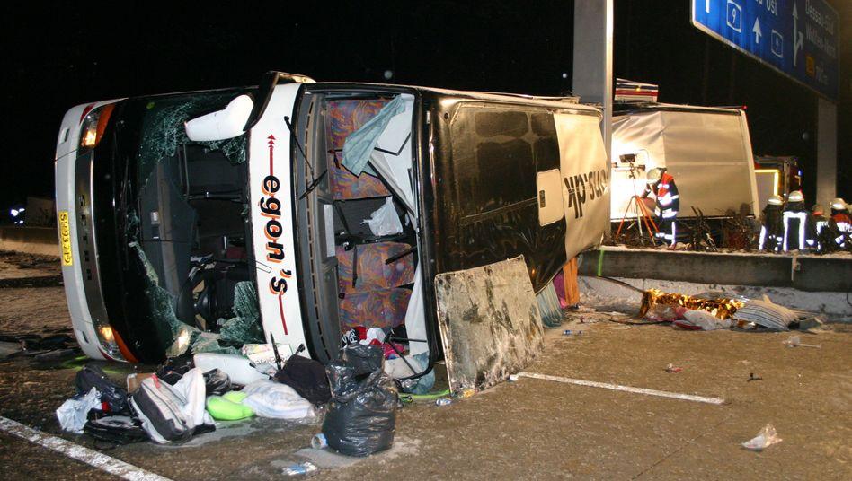 Busunfall auf der AP bei Dessau-Roßlau: Drei Menschen starben, 28 wurden verletzt.