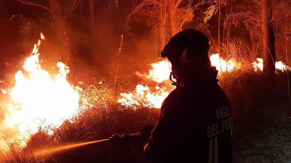 Ein Feuerwehrmann im Kampf gegen die Flammen eines Waldbrands auf Sardinien