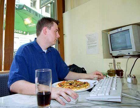 Allein zocken macht einsam: Informatiker Michael Stiglmayr kommt trotz dreier Heim-PCs ins Internetcafé. Mit Freunden spielt er das Computerspiel 'Counterstrike'