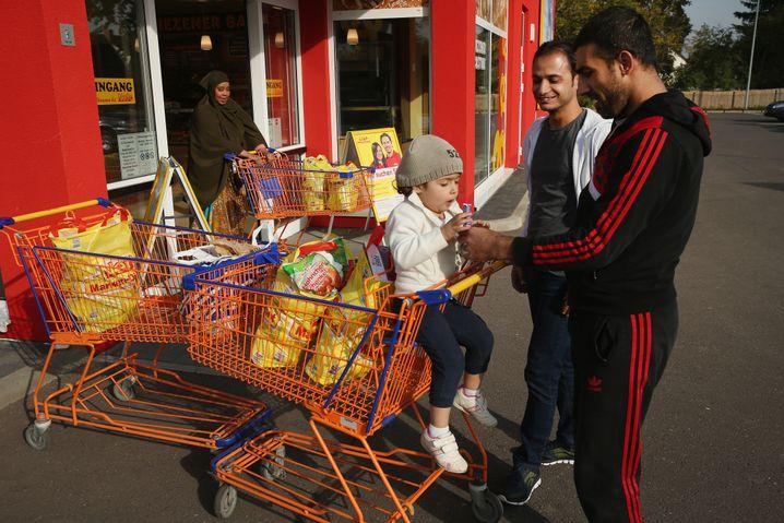 Flüchtlinge beim Einkauf: Wachstum durch Zuwanderer generieren