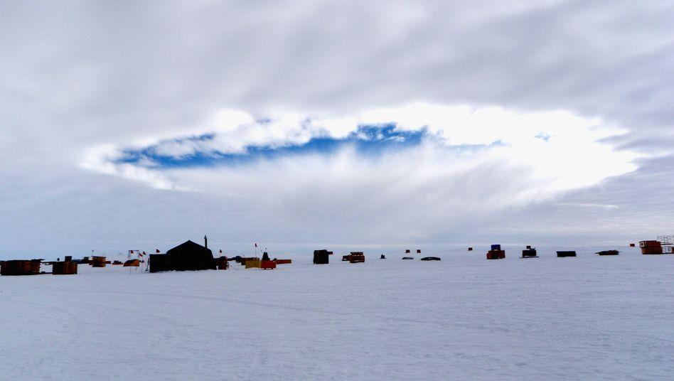 Himmel über Forschungscamp in der Antarktis: Löcher in den Wolken