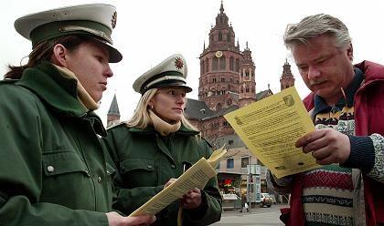 Mainz eine Woche vor dem Bush-Besuch: Polizisten informieren über Sicherheitsmaßnahmen