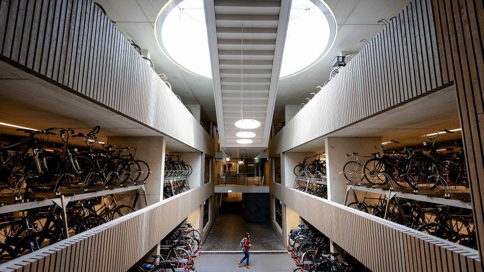 Nicht nur praktisch, sondern auch spektakulär: Das Fahrradparkhaus am Bahnhof von Utrecht
