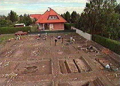 Nach der Ortung mit Bodenradar: Ausgrabung eines Reiterlagers aus der Römerzeit in einem Neubaugebiet des Ortes Petronell in Österreich