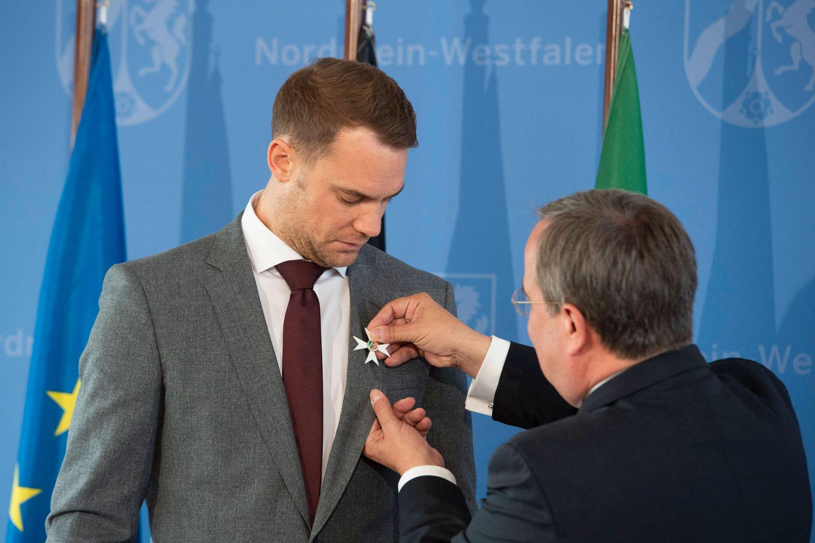 Ministerpraesident Armin LASCHET steckt Torwart Manuel NEUER den Orden an, Ministerpraesident Armin Laschet verleiht an