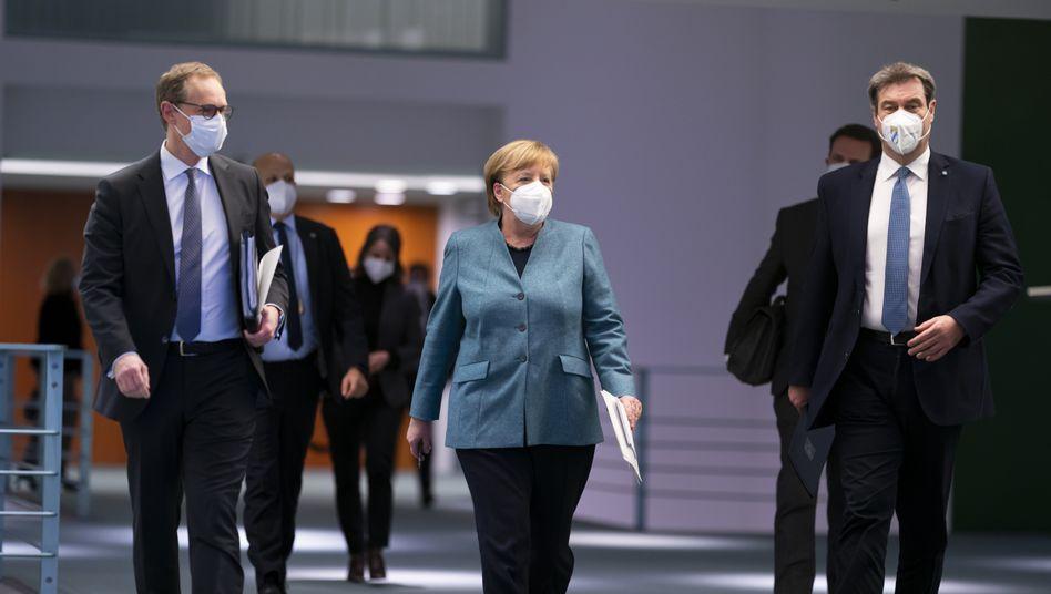 Berlins Bürgermeister Michael Müller, Kanzlerin Angela Merkel, Bayerns Ministerpräsident Markus Söder nach dem Impfgipfel