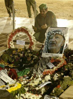 Paläsinensischer Polizist am Grab von Arafat: Delegationen nach Den Haag geladen