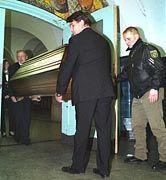 Kurz nach der Tat: Die Leiche der Lehrerin wird aus dem Gymnasium abtransportiert