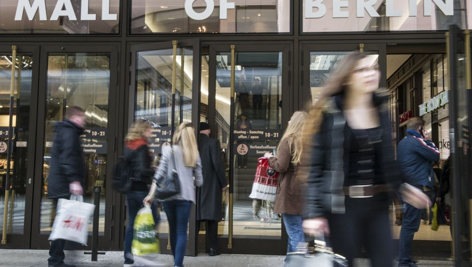 """Eingang zur Mall of Berlin: Arbeiter hatten """"völlig unzureichende und überteuerte Unterkünfte"""""""