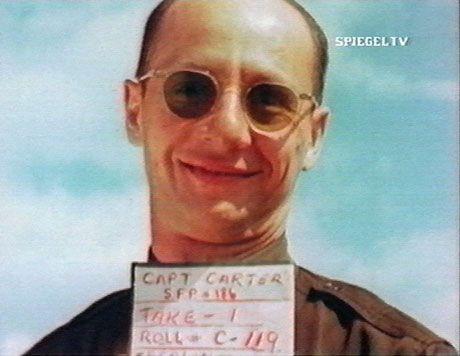 """Bewies bei den Aufnahmen für das """"Special Film Project 186"""" Humor: Captain Carter. Seit Anfang Juli 1945 hielten die Dokumentare der US-Air Force die Zerstörungen in Berlin im Film fest."""