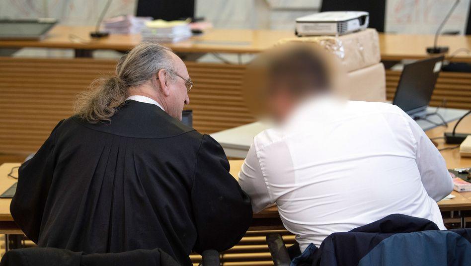 Angeklagter Pflegevater im Gerichtssaal (Archivbild)