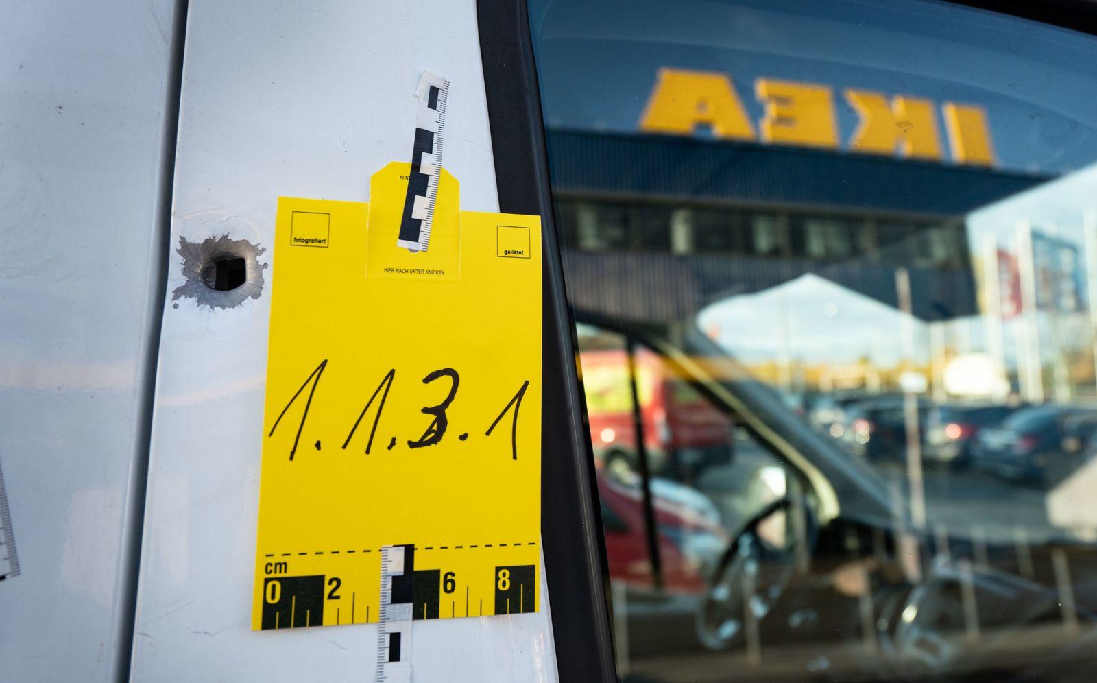 Geldbote vor Möbelhaus in Frankfurt überfallen
