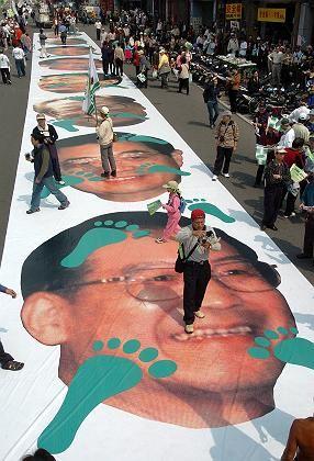 Symbolischer Protest: Auf einem riesigen in Taipeh ausgebreiteten Banner können die Demonstranten Chinas Premierminister Wen Jiabao mit Füßen treten