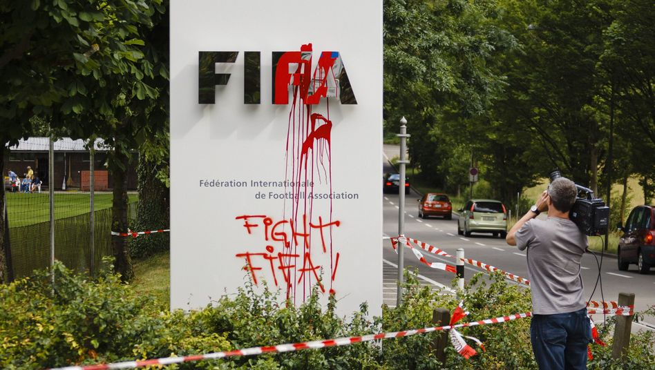 Fifa-Schild mit Farbklecks: Spur eines Protestes