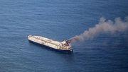 Öltanker geht nach Explosion in Flammen auf