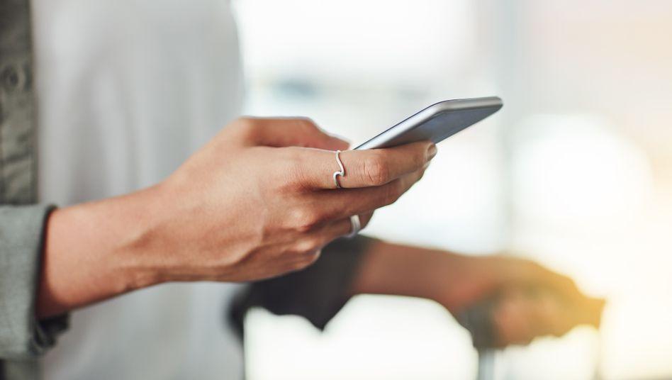 Handynutzerin: Digitales Ausweisen soll einfacher werden, findet die CSU im Bundestag